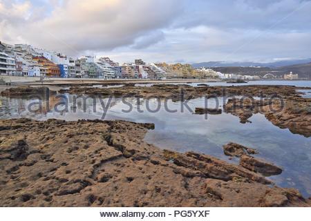 Playa de las Canteras Strand - vulkanischen Felsen bei Ebbe ausgesetzt. In der Stadt von Las Palmas, der Hauptstadt von Gran Canaria Kanarische Inseln Spanien. - Stockfoto