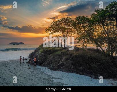 Die Menschen genießen den Sonnenuntergang am Strand, Corcovado Nationalpark, Halbinsel Osa, Costa Rica. Dieses Bild ist mit einer Drohne erschossen. - Stockfoto