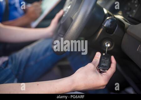 Fahrschüler zu Auto starten - Stockfoto