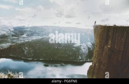 Preikestolen Preikestolen Klippe in Norwegen Mann stehen am Rand Berg über Lysefjord reisen Abenteuer Urlaub Outdoor - Stockfoto