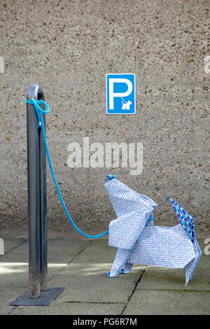 Origami Hund vor Betonwand, Parkplatz Schild - Stockfoto