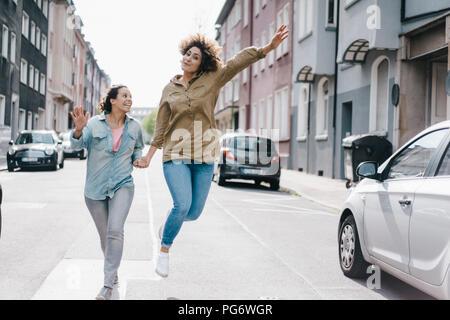 Beste Freunde Spaß in der Stadt, im Springen - Stockfoto