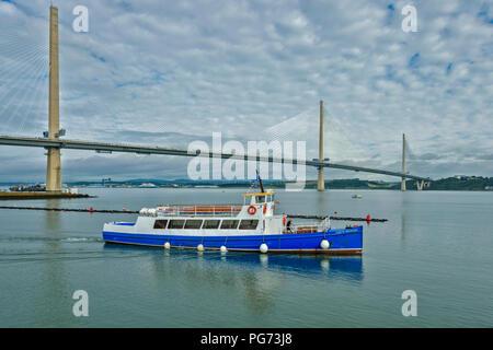 Neue Forth Road Bridge QUEENSFERRY DIE BRÜCKE ÜBERQUEREN UND HER PRINCESS PASSAGIERSCHIFF - Stockfoto