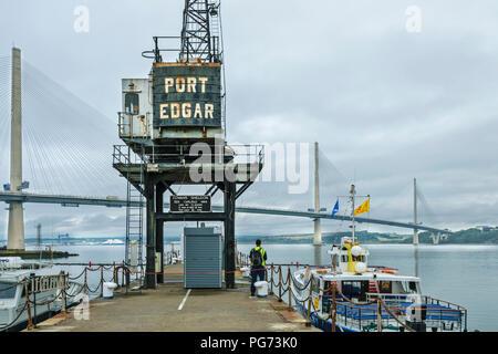 Neue Forth Road Bridge QUEENSFERRY KREUZUNG MIT MARINA und der alte Kran am Port Edgar - Stockfoto