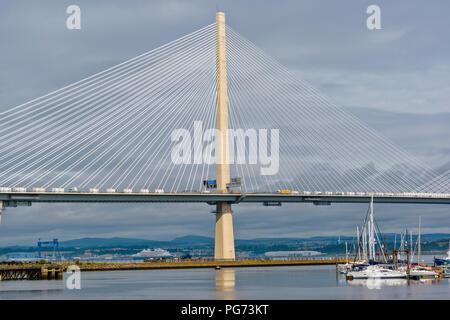 Neue Forth Road Bridge QUEENSFERRY KREUZUNG MIT YACHTEN IM HAFEN EDGAR MARINA - Stockfoto