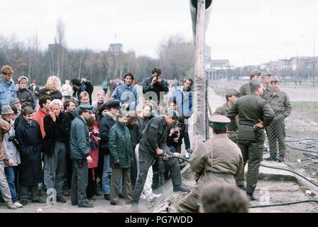 Berliner Mauer 1989 - eine Menschenmenge sammelt auf der westdeutschen Seite der Berliner Mauer am Potsdamer Platz zu sehen, wie sich die Struktur wird demontiert. - Stockfoto