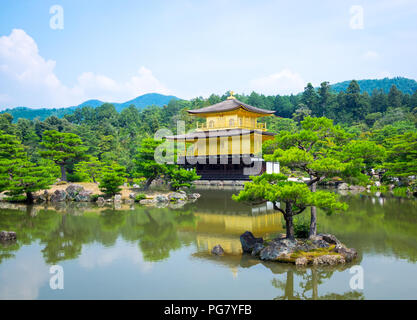 Kinkaku-ji (auch als kinkakuji oder Rokuon-ji bekannt), der Tempel des Goldenen Pavillon, ist berühmt zen-buddhistischen Tempel in Kyoto, Japan. - Stockfoto