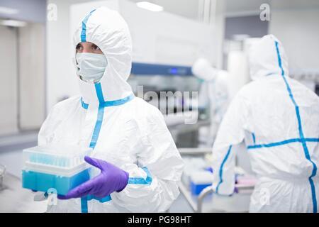 Techniker holding Zelle Proben in ein Labor, dass Ingenieure menschlichen Geweben zur Implantation. Solche Implantate gehören Knochen und Haut. - Stockfoto