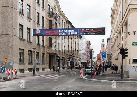 """Ljubljana, Slowenien - 23 Juli, 2018: Blick in eine Straße in Ljubljana mit einem Werbebanner für ein Filmfestival mit dem Titel """"unter den Sternen"""", Sloven - Stockfoto"""