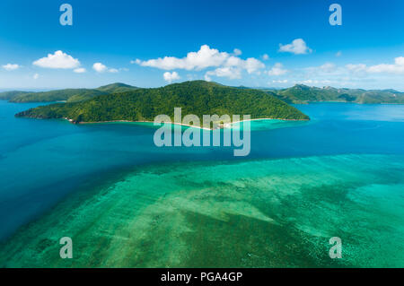 Hayman Island Reef mit Blick auf Hook Island in den berühmten Whitsundays. - Stockfoto