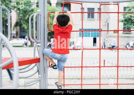 Little Monkey Klettergerüst : Kleiner junge spielt auf dem klettergerüst an einem spielplatz