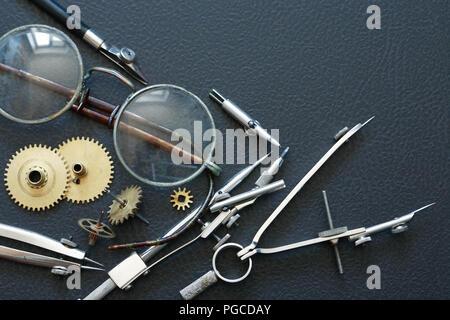 Engineering Konzept. Einstellen der Gänge in der Nähe der Trennwand und alte Brillen - Stockfoto