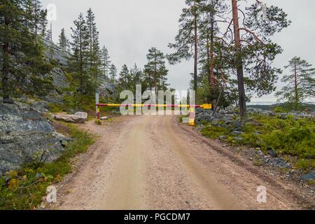Luosto Finnland, Straßensperrung im Wald an einem Stimmungsvollen Tag - Stockfoto