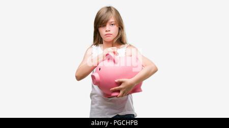 Junge blonde toddler Holding piggy Bank mit einem selbstbewussten Ausdruck auf Smart Face denken Ernst - Stockfoto