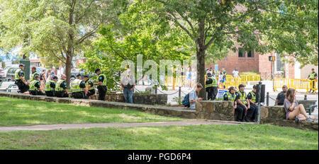 North Carolina, USA. 25. August 2018. Demonstration bei Silent Sam Statue, UNC Campus mit der polizeilichen Überwachung Credit: DavidEco/Alamy leben Nachrichten
