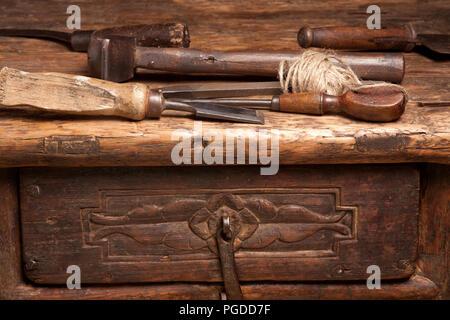 Holzbank mit rostigen grungy Werkzeuge und Griffe - Stockfoto