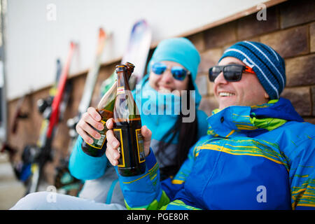 Foto fröhliche, der Mann und die Frau in der Sonnenbrille mit Bier auf Winter Tag - Stockfoto