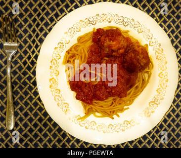 Schüssel spaghetti Tomatensoße und Fleischbällchen - Stockfoto