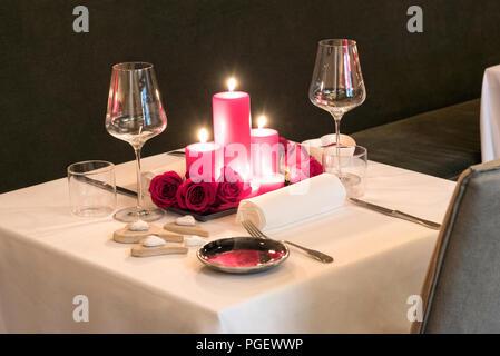Romantisches Dinner Bei Kerzenlicht Gedeckten Tisch Für Zwei Mit Einem  Herzstück Der Brennende Rote Kerzen Und