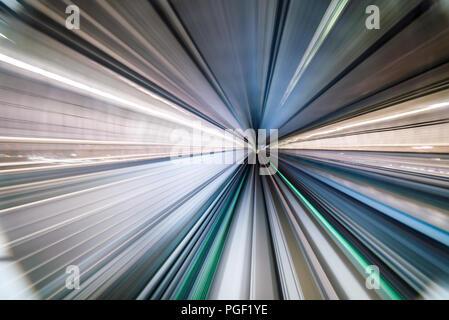 Bewegungsunschärfe von Zug bewegen in Tunnel in Tokyo, Japan - Stockfoto
