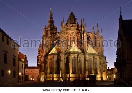 St Vitus Kathedrale der östlichen Fassade - Wahrzeichen der Katholischen Kirche in der Dämmerung beleuchtet. Prag Tschechische Republik Europa. - Stockfoto