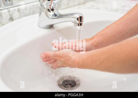 Junge Frau ihre Hände zu waschen - Stockfoto
