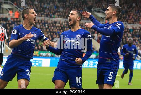 Chelsea's Eden Hazard (Mitte) feiert ersten Ziel seiner Seite des Spiels mit Teamkollegen Cesar Azpilicueta (links) und Filho Jorge Jorginho während der Premier League Match im St James' Park, Newcastle zählen.