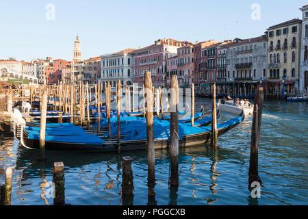 Günstig Gondeln auf dem Canal Grande bei Sonnenuntergang, San Polo, Venedig, Venetien, Italien auf einen schönen Winter Abend