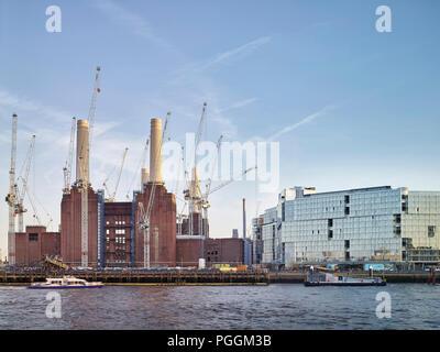 Blick über den Fluss mit Thames Clipper. Battersea Power Station, im Bau, London, Vereinigtes Königreich. Architekt: Sir Giles Gilbert Scott, 1953.