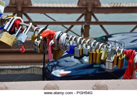 Bunte liebe Schlösser auf einer Brücke in New York City, Liebe, Vermietungen, Paare, Ewigkeit, Architektur, Kultur, Tag, Hudson River, sonnig, Tag - Stockfoto