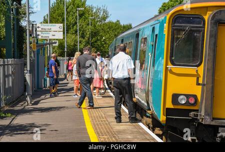 Passagiere verlassen und an Bord eines Zuges an llantwit Major Bahnhof in das Tal von Glamorgan, Wales. - Stockfoto