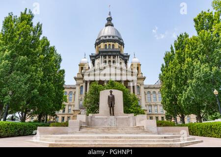 Abraham Lincoln Statue vor der Illinois State Capital Building in Springfield, Illinois - Stockfoto