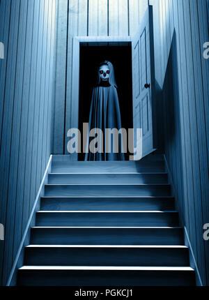Spooky Tod in mit Kapuze Umhang mit glühenden Augen in geöffneten Tür Schritte von einem dunklen Keller. 3D-Rendering - Stockfoto