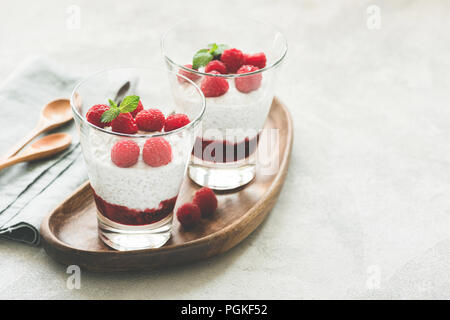 Chia Pudding mit Himbeeren im Glas. Getönten Bild. Vegan chia Pudding für gesunde Lebensweise, Ernährung, Gesundheit - Stockfoto