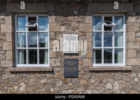 War Memorial wall Plaques auf dem Dorf Hall des Sticklepath - Stockfoto