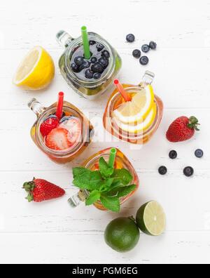 Frische Limonade Glas mit Sommer Früchte und Beeren. Ansicht von oben - Stockfoto