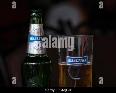 Belgrad, SERBIEN - 26. AUGUST 2018: baltika 7 Logo auf auf ein Bier aus der Flasche. Baltika 7 ist ein helles Lagerbier, export Stil, in Russland gebraut, und eine der Sy - Stockfoto