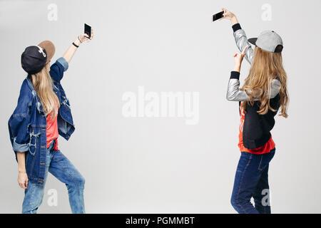 Zwei Mädchen in stilvolle Kleidung unter selfie auf dem Smartphone. - Stockfoto