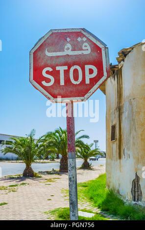 Die alte Haltestelle Verkehrsschild mit lateinischen und arabischen Inschrift in der Straße von Sfax, Tunesien. - Stockfoto