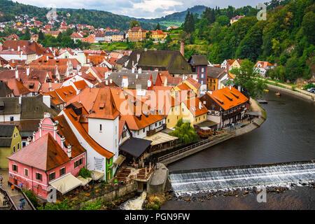 Die valta River fließt durch die Stadt Zentrum der schönen Stadt Český Krumlov in der Tschechischen Republik. - Stockfoto