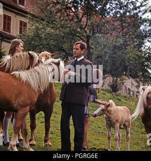 Baron Johannes Dieter von Malsen Ponickau mit-Pferden in Schloss Osterberg, Deutschland 1970. Baron Johannes Dieter von Malsen Ponickau mit seinen Pferden am Osterberg schloss, Deutschland 1970. - Stockfoto