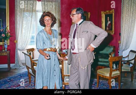 Baron Johannes Dieter von Malsen Ponickau mit Gemahlen Fiorenza in Schloss Osterberg, Deutschland 1989. Baron Johannes Dieter von Malsen Ponicka mit seiner Frau Fiorenza am Osterberg schloss, Deutschland 1989. - Stockfoto