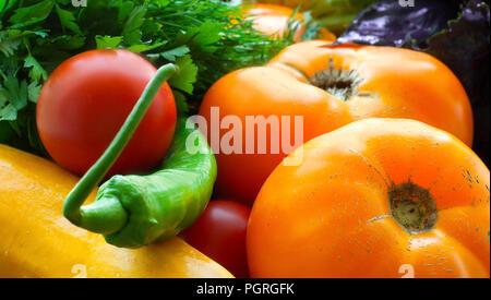 Buntes Gemüse Hintergrund. Reife Gemüse close-up. Tomaten, Zucchini, Paprika und Kräuter - Stockfoto