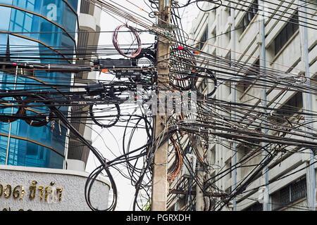 Elektrische Leitungen in Bangkok, Thailand Stockfoto, Bild ...