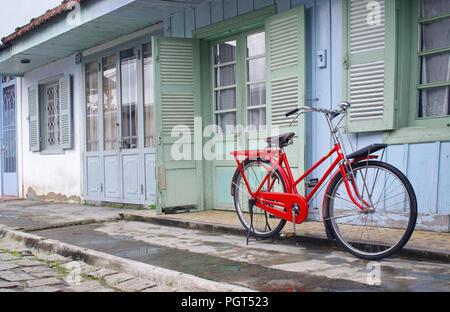 Red vintage Bicycle rot vintage Fahrrad- und Vintage scooter - Stockfoto