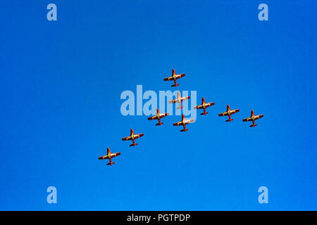 Kanadische Streitkräfte (CF) Snowbirds, 431 Luft Demonstration Squadron fliegen über Vancouver, British Columbia, Kanada - Stockfoto