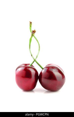 Süße rote Kirschen auf weißem Hintergrund Makro isoliert. - Stockfoto