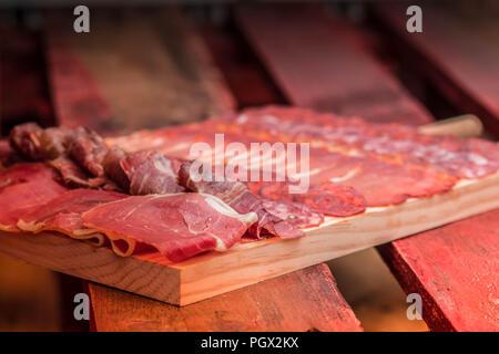 Gourmet Holzplatte von Jamon Serrano Schinken und Wurst in Spanien - Stockfoto
