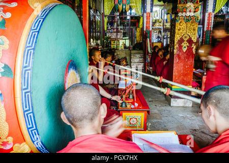 Bodhnath, Katmandu, Bagmati, Nepal: Buddhistische Mönche beten und Musikinstrumente spielen in einem der über 50 Gompas (buddhistische Kloster) herum errichtet - Stockfoto