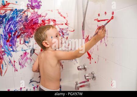 Portrait von cute adorable white Kaukasischen little boy Spielen und Malen mit Farben an der Wand im Bad Spaß lifestyle Kindheit Konzept - Stockfoto